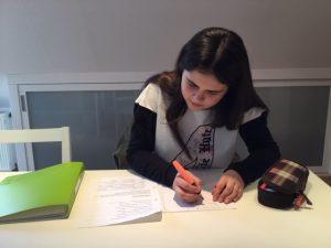 Nachhilfeschülerin beim Lösen von Aufgaben
